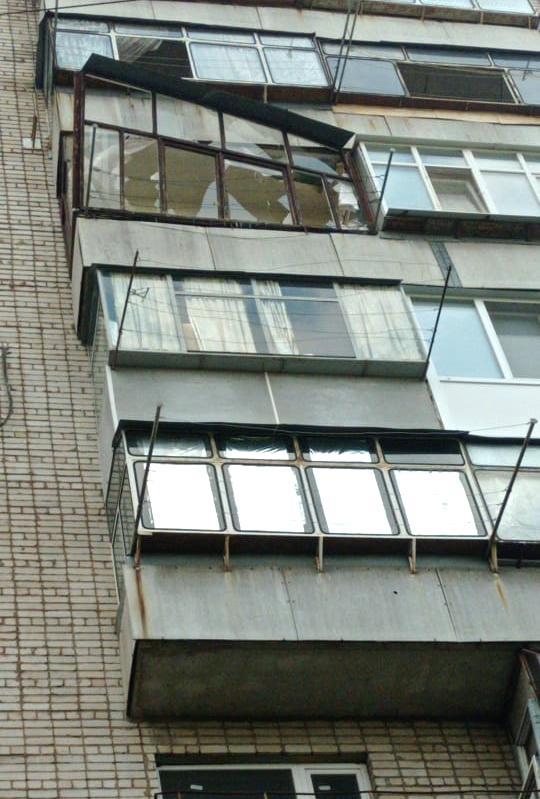 В Никополе на улице Шевченко ураганный ветер сорвал балкон