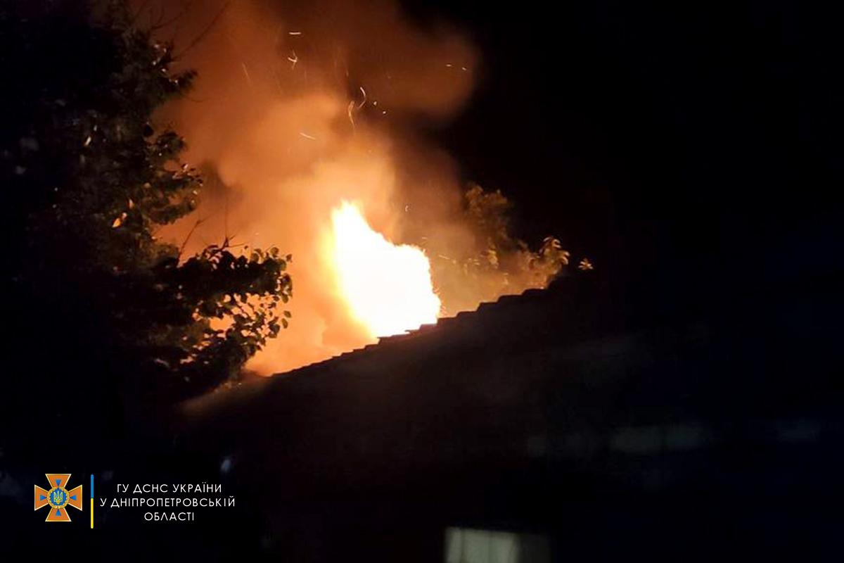 В Никополе пожар тушили 9 спасателей