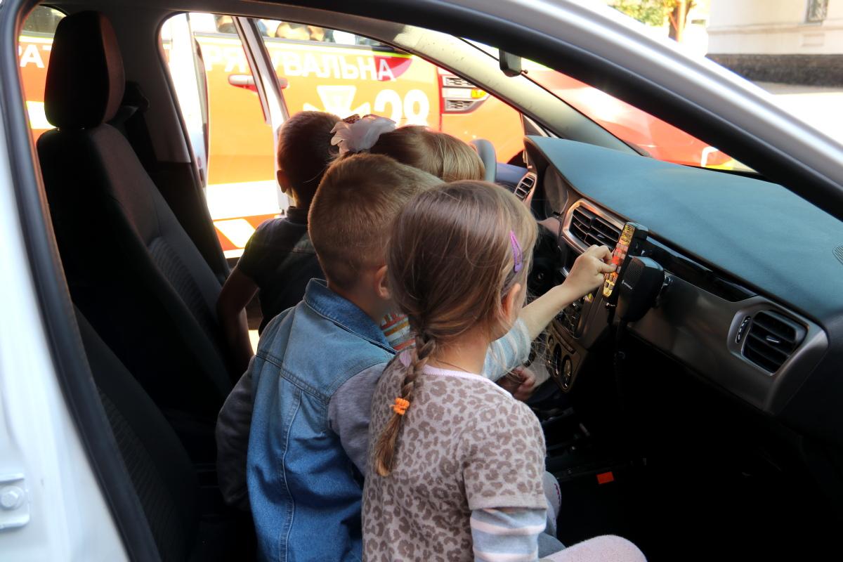 Самой большой радостью для детишек стала возможность посидеть внутри автомобиля