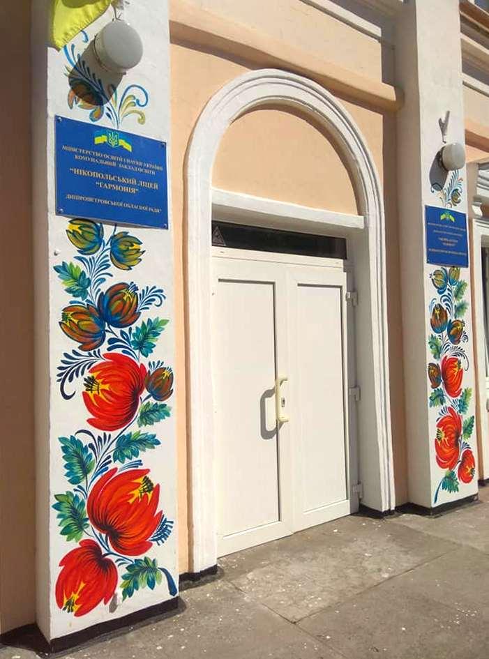 Петриковская роспись украсила колонны учебного заведения