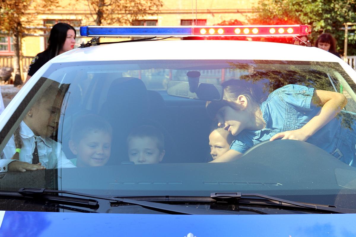 В Никополе школьники провели день с полицейскими и спасателями