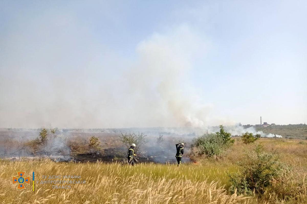В Никополе на пустыре спасатели тушили сухую траву