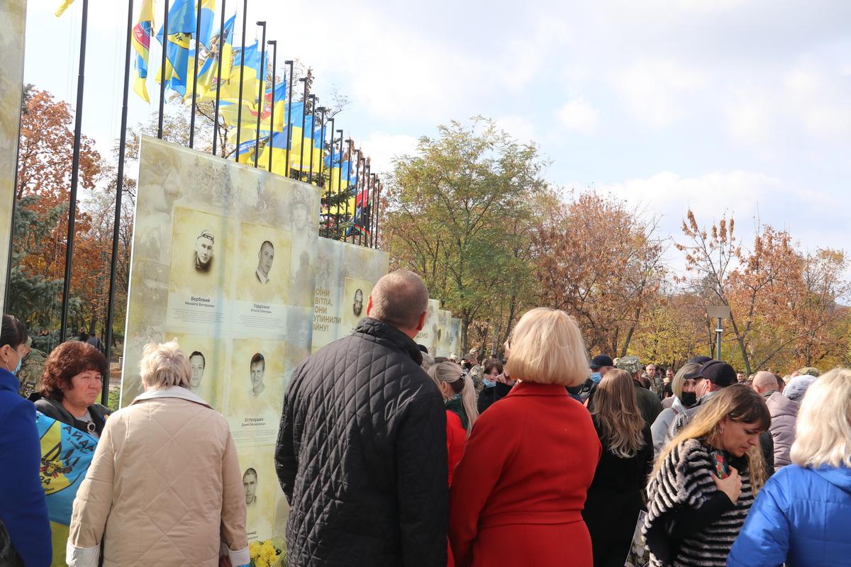 К памятным плитам с именами погибших воинов возложили цветы