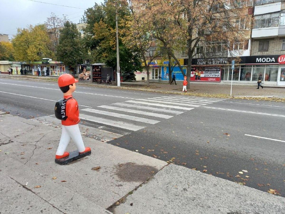 Пешеходный переход по улице Электрометаллургов оборудовали пластиковыми школьниками