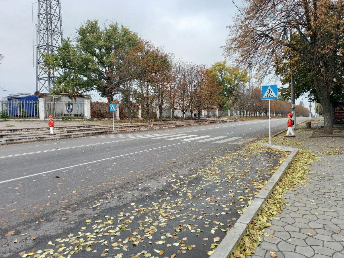В Никополе пешеходный переход оборудовали пластиковыми школьниками